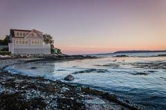 Sonnenuntergang in Maine mit schönem Haus im Hintergrund Lizenzfreie Stockfotografie