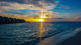 Sonnenuntergang in Malediven-Strand Insel stockfotografie