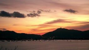 Sonnenuntergang in Meer, Berge im Hintergrund, bunter Himmel Boote in Ozean Phuket thailand asien 4K stock video