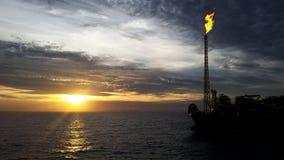 Sonnenuntergang am Meer, AN FPSO-Öl und am Gas Lizenzfreie Stockfotografie