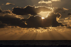Sonnenuntergang in Meer mit Segelboot Lizenzfreie Stockfotos