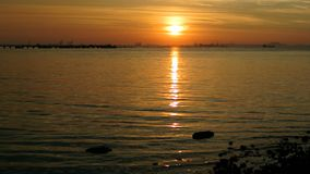 Sonnenuntergang in Meer, Sriracha, Thailand stock video