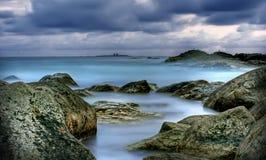Sonnenuntergang in Meer, Steine im Wasser, der Abend des Meeres, ruhiges Wasser Lizenzfreie Stockbilder