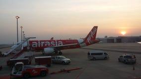Sonnenuntergang mit Air- Asiaflugzeugszene Lizenzfreie Stockfotos