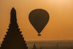 Sonnenuntergang mit Ballonen über Bagan Lizenzfreie Stockfotos