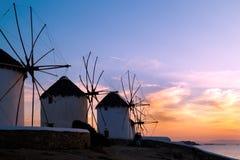 Sonnenuntergang mit berühmten Windmühlen auf Mykonos-Insel Stockbild