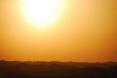 Sonnenuntergang mit Berg in der Wüste Lizenzfreie Stockbilder