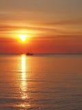 Sonnenuntergang mit Boot und Sonne bei Fannie bellen stockbilder