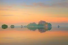 Sonnenuntergang mit buntem Himmel und Boot auf dem Strand Lizenzfreie Stockfotos