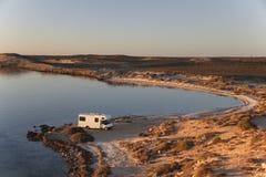 Sonnenuntergang mit Camper an Ozeanufer 2 Stockbild