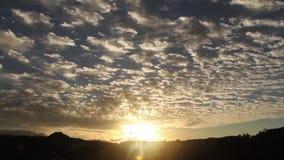 Sonnenuntergang mit dem Überschreiten vieler Wolken stock footage