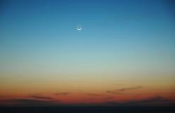 Sonnenuntergang mit dem Mond lizenzfreie stockfotos