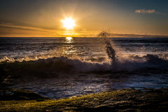 Sonnenuntergang mit dem Zusammenstoßen bewegt an Windansea-Strand wellenartig lizenzfreie stockfotografie