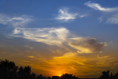 Sonnenuntergang mit drastischen Wolken und Farben Lizenzfreie Stockfotos