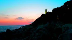 Sonnenuntergang mit einem Leuchtturm stock footage