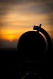 Sonnenuntergang mit einer Kugelkonzeptreise Stockfoto
