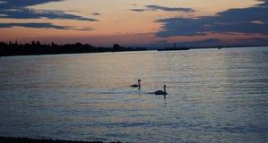 Sonnenuntergang mit Fischerbooten auf dem See Stockfotos