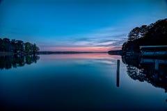 Sonnenuntergang mit Fischerbooten auf dem See stockbild