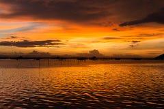Sonnenuntergang mit Fischerbooten auf dem See Lizenzfreie Stockfotos