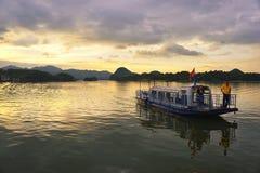 Sonnenuntergang mit Fischerbooten auf dem See Lizenzfreies Stockbild