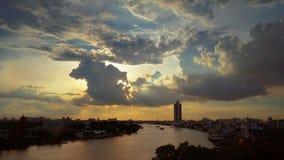 Sonnenuntergang mit großen dunklen Wolken auf dem Fluss in Bangkok Stockfotos