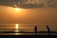 Sonnenuntergang mit Leuten Stockfoto
