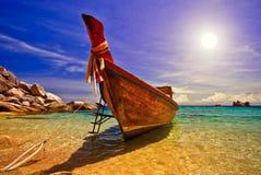 Sonnenuntergang mit Longtail Boot Lizenzfreie Stockbilder