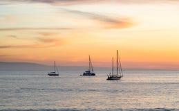 Sonnenuntergang mit Luxusyacht Lizenzfreie Stockfotos