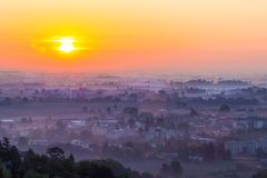 Sonnenuntergang mit Nebel im Tal Stockfotografie