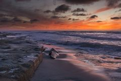 Sonnenuntergang mit orange Himmel in La Jolla lizenzfreies stockbild