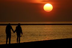 Sonnenuntergang mit Paaren Lizenzfreies Stockfoto