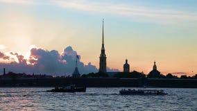 Sonnenuntergang mit Peter- und Paul-Festung, St Petersburg, Russland Schiffe auf Neva-Fluss stock video
