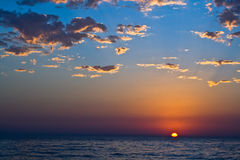 Sonnenuntergang mit schönen Wolken lizenzfreie stockfotografie