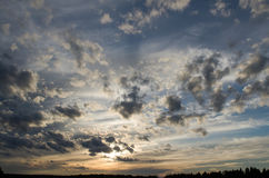 Sonnenuntergang mit schönen Wolken stockfotos