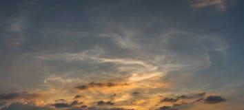 Sonnenuntergang mit schöner Wolke und Himmel lizenzfreie stockbilder