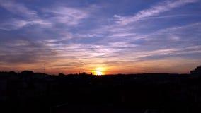 Sonnenuntergang mit Schatten von gelben, lila, gelben und blauen Farben und von Wolkenhintergrund Stockfotos