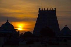 Sonnenuntergang mit Schattenbild von Sarangapani-Tempel, Kumbakonam, Tamil Nadu, Indien Lizenzfreie Stockfotografie