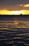 Sonnenuntergang mit Schiff auf dem Horizont Lizenzfreie Stockfotografie