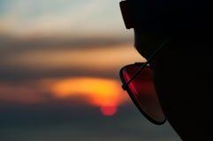 Sonnenuntergang mit Sonnenbrille Stockbild