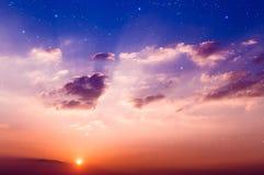 Sonnenuntergang mit Sternen. Lizenzfreies Stockfoto