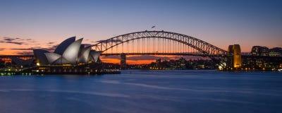 Sonnenuntergang mit Sydney Opera House und der Hafen-Brücke Stockfotos