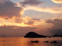 Sonnenuntergang mit Tropeninsel Stockfotos