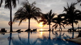 Sonnenuntergang mit Unendlichkeitspool auf Koh Phangan von Thaila Stockbilder