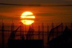 Sonnenuntergang mit voller Sonne, romantischer Hintergrund Stockfotos