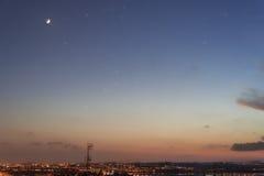 Sonnenuntergang mit wenigem Mond Lizenzfreie Stockbilder