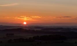 Sonnenuntergang mit Windkraftanlage-Schattenbild Lizenzfreie Stockbilder