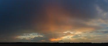 Sonnenuntergang mit Wolken, in den orange und purpurroten Schatten stockbild