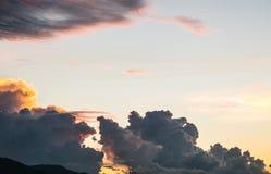 Sonnenuntergang mit Wolken für Designhintergrund Stockfotos