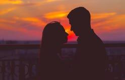 Sonnenuntergang mit zwei Leuten Stockfoto