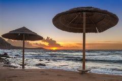 Sonnenuntergang mit zwei Regenschirmen Lizenzfreie Stockfotografie
